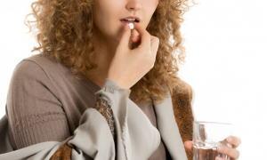 ミニピルを飲む女性
